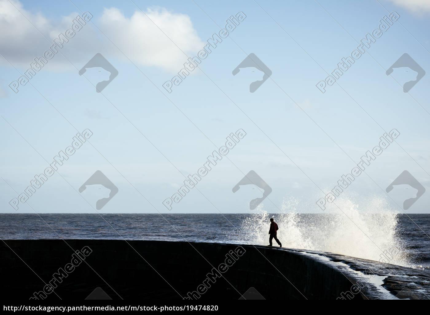 person, der, løber, væk, fra, sprøjt, wave - 19474820