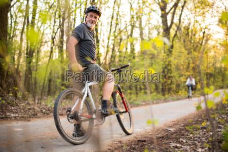 senior mand pa sin mountainbike udendors