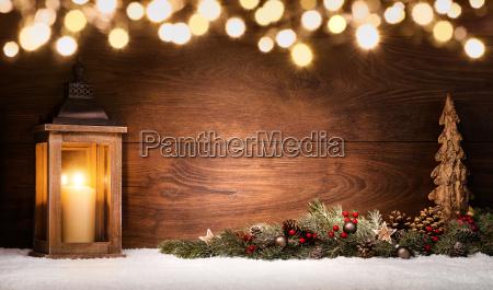 jule arrangement med lanterne julepynt og