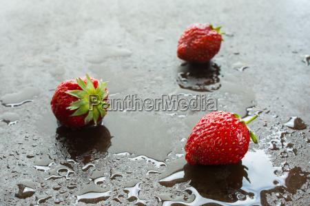 rode jordbaer med vand i baggrundslys