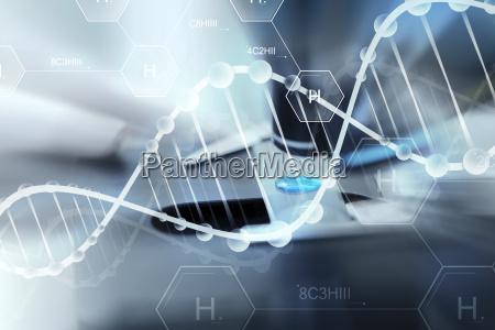 naerbillede af videnskabsmand hand med testprove