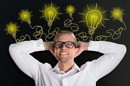 ung mand ser op med kreative