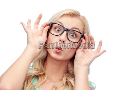 glad ung kvinde i briller gor