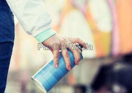 nahaufnahme von hand mit spruehfarbe und