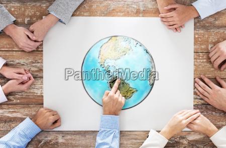 taet pa haenderne med globus billede