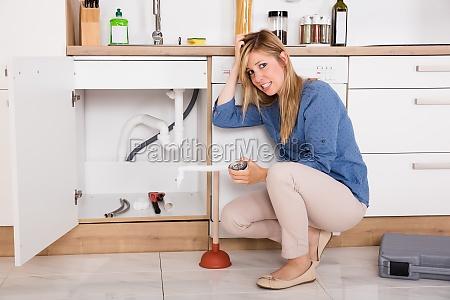 frustreret woman having kokkenvasken problem