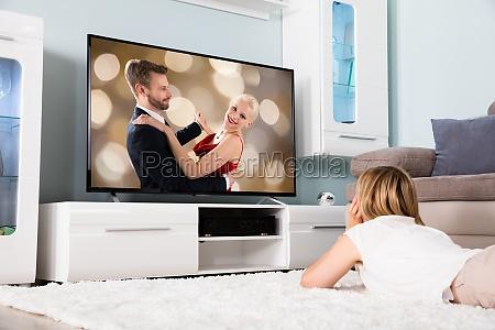 kvinde ser film pa tv