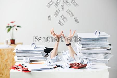 de mange krollede papirer pa skrivebordet