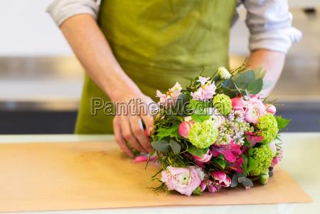 blomsterhandler indpakning blomster i papir pa