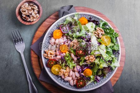 blandet salat med bonner og valnodder