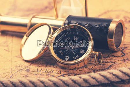 vintage kompas og teleskop pa gamle