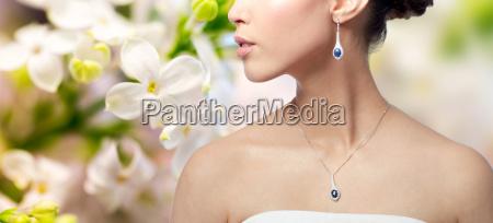 naerbillede af kvinde med oreringe og