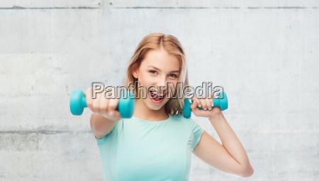 smilende smukke unge sporty kvinde med