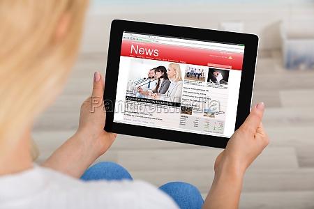 woman, reading, news, on, digital, tablet - 20119243
