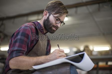 kunstner i studietegning i skitsebog