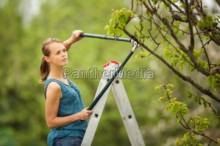 smuk ung kvinde havearbejde i sin