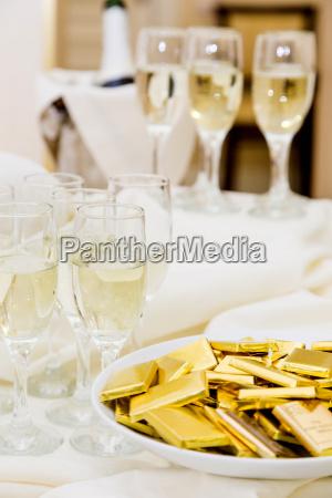 champagne med let snack servering pa