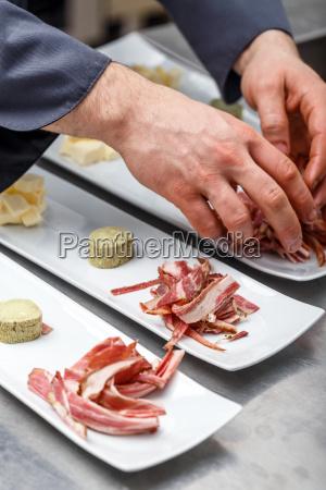 kok forbereder appetitvaekker