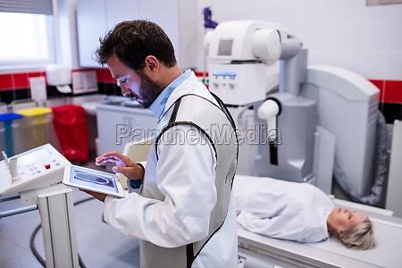 laege medic kvinde arbejdsplads medicinske medicinsk