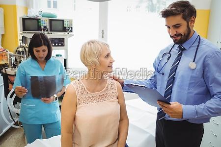 mandlig laege interagere med en patient