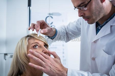 laege medic kvinde radgivning arbejdsplads flydende