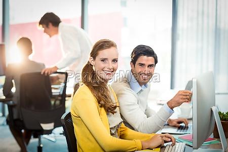 portraet af executives arbejder pa laptop
