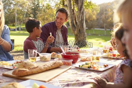 to familier med picnic ved et