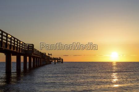 tyskland bollhagen havbroen ved solnedgang