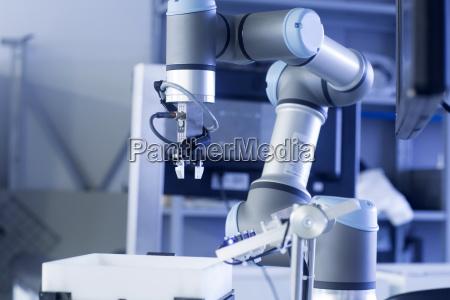 robot arm i et sensorteknologi anlaeg