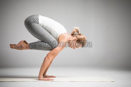 kvinde staende i yoga position