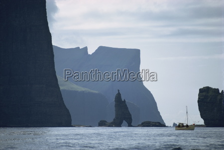 lille, fiskerbåd, før, en, tårnhøje, klippekyst, færøerne, danmark, atlanterhavet, europa - 20605747