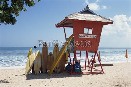 deski surfingowe ulozone czeka do wynajecia