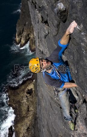 en klatrer gor hans vej op