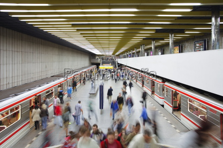 underjordisk tog ankommer metrostationen smichovske nadrazi