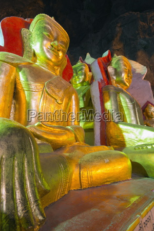 buddha statues in entrance to shwe