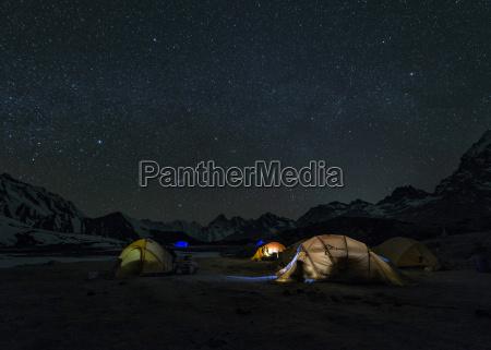 tur rejse nat nattetid tinde nattehimmel