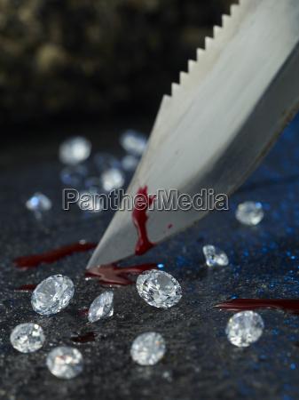kniv med blod og diamanter