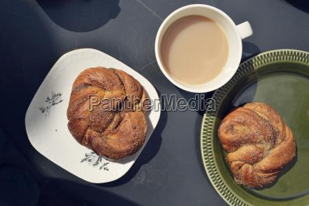 simpel svensk morgenmad med kanel boller