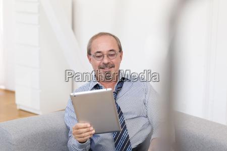 tyskland senior mand der sad pa