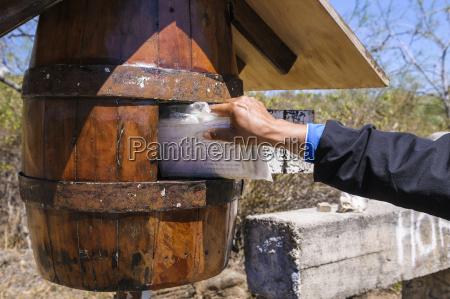hand tager postkort ud af traetonde