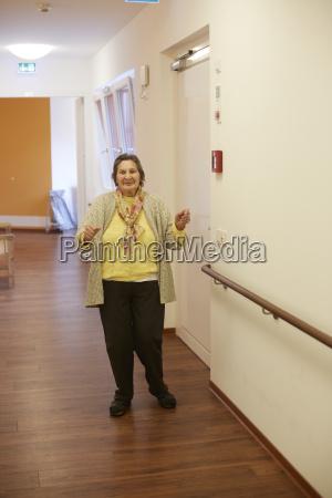 alder dementeret senior kvinde danser pa