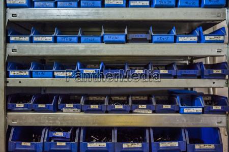 mange kasser med skruer i vaerksted