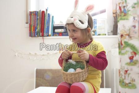 smilende lille pige med ostlige reden