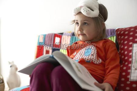 portraet af lille pige med kaninmaske
