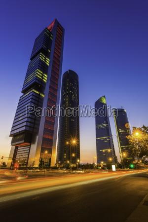 spanien madrid cuatro torres futuristiske neon