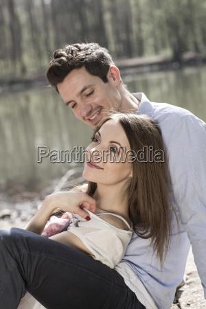 portraet af glade par sidder i