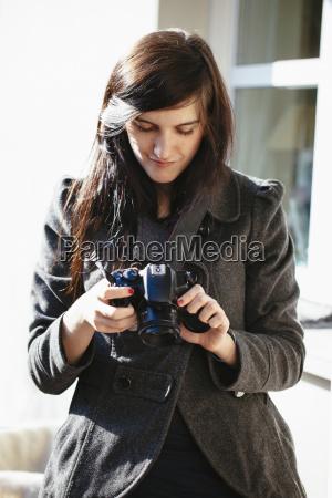 ung kvinde kigger pa hendes digitale