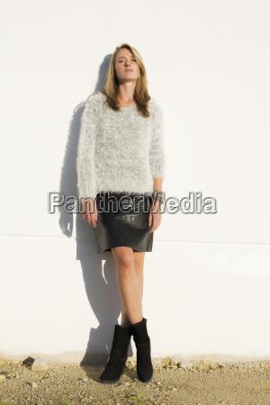attraktive blond kvinde ifort mini nederdel