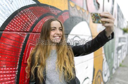 smilende teenage pige tager en selfie