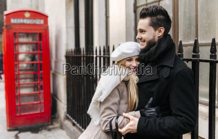 storbritannien london ungt par i kaerlighed